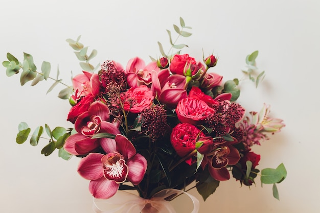 Необычный подарок в виде букета цветов и фруктов. вид сверху.