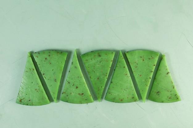 Необычный зеленый сыр с базиликом