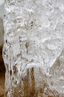 특이한 얼음 동굴, 모래, 얼음 결정의 질감은 복사 공간이 있는 얕은 dof를 닫습니다. 북극, 겨울, 봄 풍경.