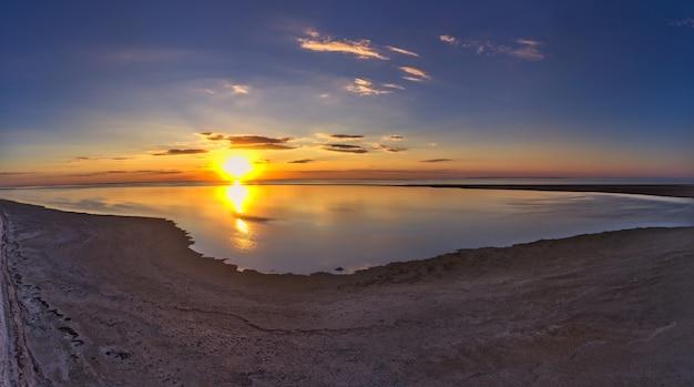 美しい湖の珍しい島々