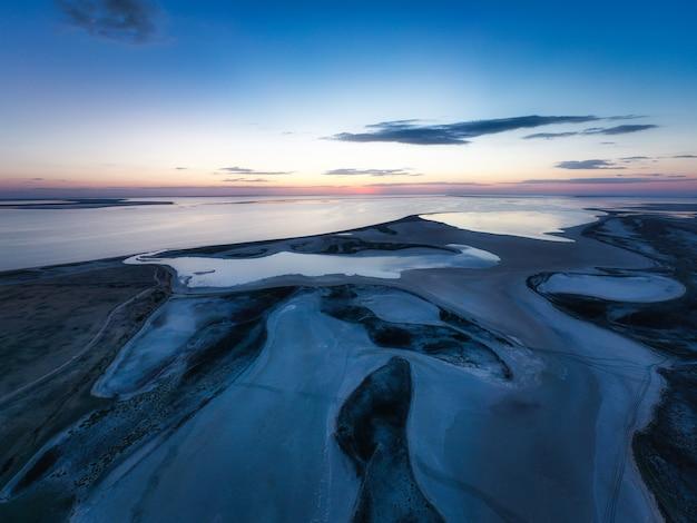 鮮やかな湖の珍しい島々、空撮