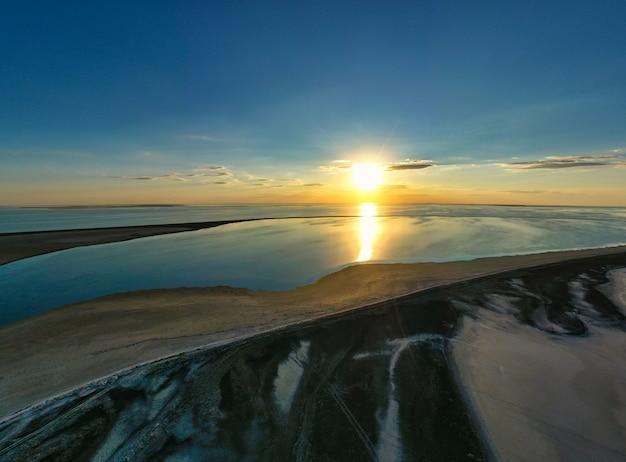 鮮やかな湖と色鮮やかな夕日に浮かぶ珍しい島々