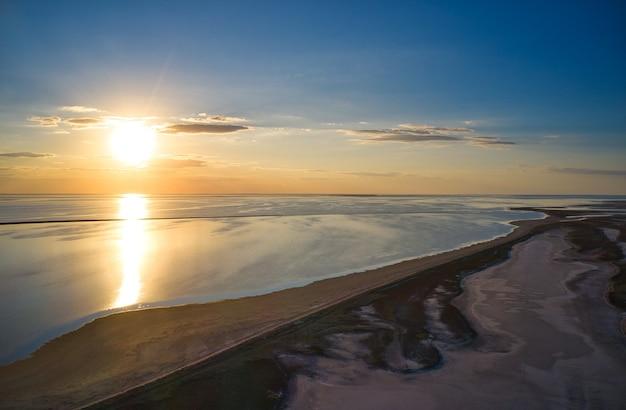Необычные острова на блестящем озере, вид сверху, дрон-камера