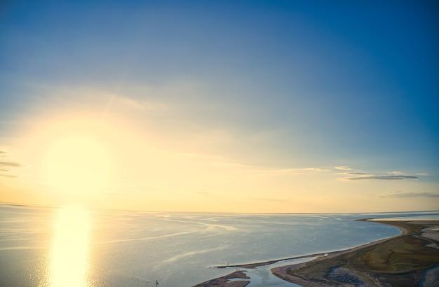 鮮やかな湖の珍しい島々、上面図、ドローンカメラ