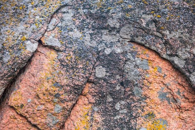 Необычный светлый камень на ярком солнышке в теплую погоду на красивой природе