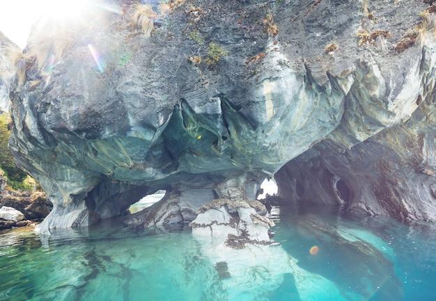 チリ、パタゴニアのカレラ将軍の湖にある珍しい大理石の洞窟。カレテラオーストラル旅行。