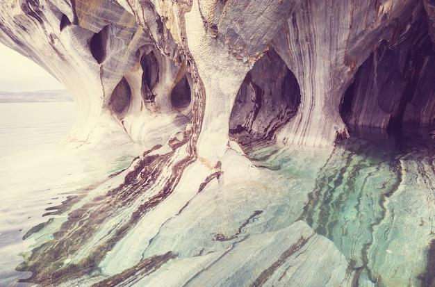 チリ、パタゴニアのジェネラルカレラ湖にある珍しい大理石の洞窟。