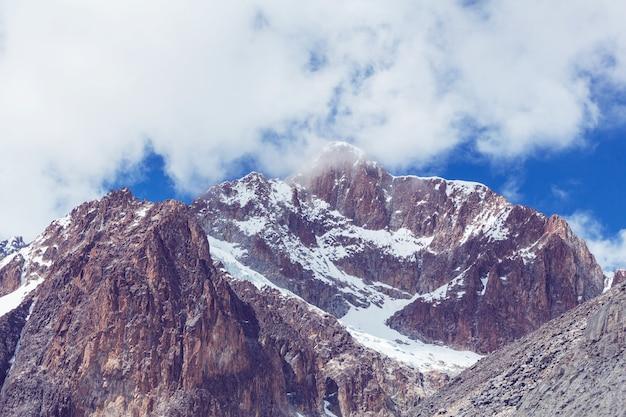 南アメリカのボリビアアルティプラノの珍しい山の風景