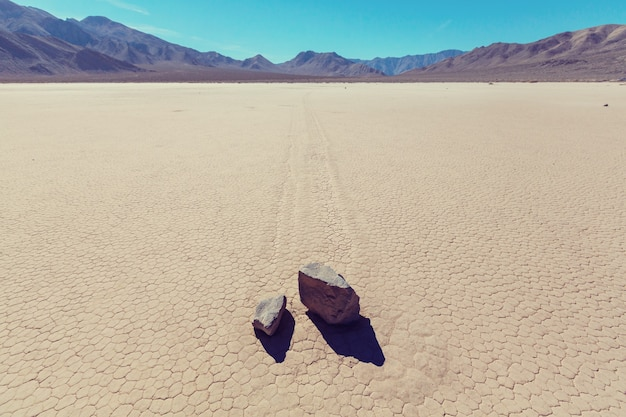 Необычные движущиеся камни. ипподром playa в национальном парке долина смерти. калифорния, сша