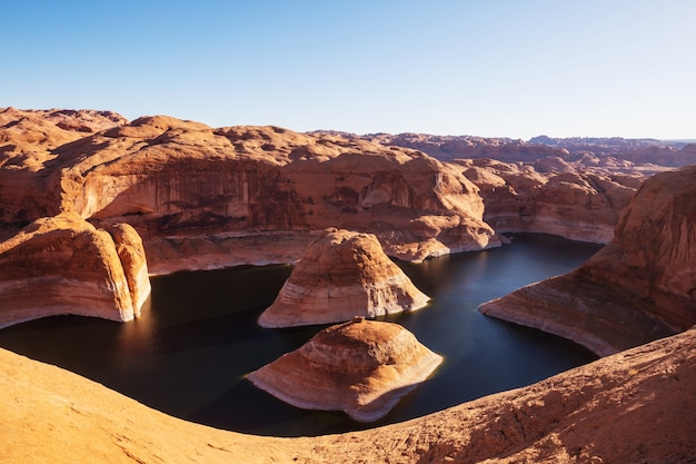 Необычный естественный фон. каньон отражения на озере пауэлл, штат юта, сша.