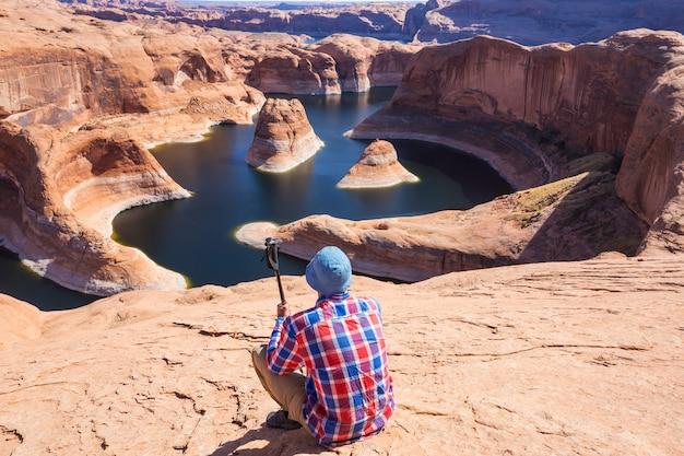 Необычный естественный фон. каньон отражения на озере пауэлл