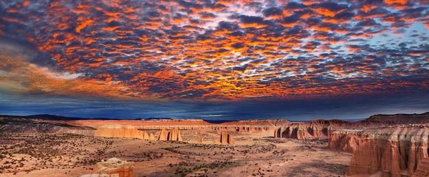 Необычные природные ландшафты в национальном парке кэпитол-риф, штат юта