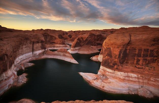 Необычно натуральный. каньон отражения на озере пауэлл