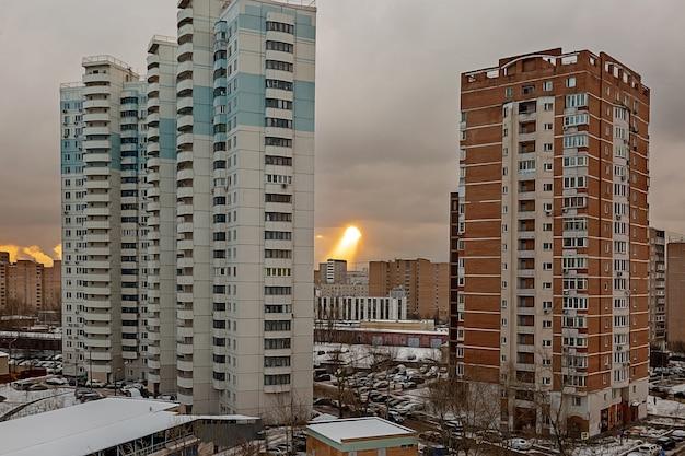 Необычное явление в небе над жилым районом большого города солнечные лучи пробиваются сквозь облака