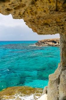 珍しい絵のような洞窟は地中海沿岸にあります。キプロス、アギアナパ。