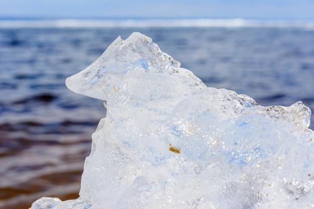 얼음 결정의 특이한 모양과 질감은 복사 공간이 있는 얕은 dof를 닫습니다. 북극, 겨울, 봄 풍경.