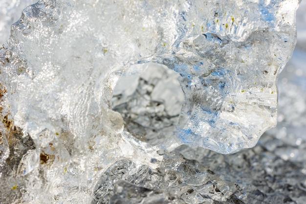 얼음 결정의 특이한 모양과 질감은 복사 공간이 있는 얕은 dof를 닫습니다. 겨울과 봄 풍경입니다.
