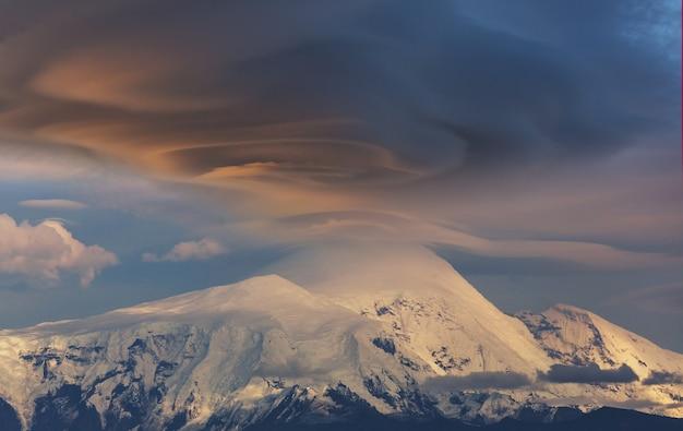 산 정상에 비정상적인 폭풍 구름. wrangell-st. elias national park and preserve, 알래스카.