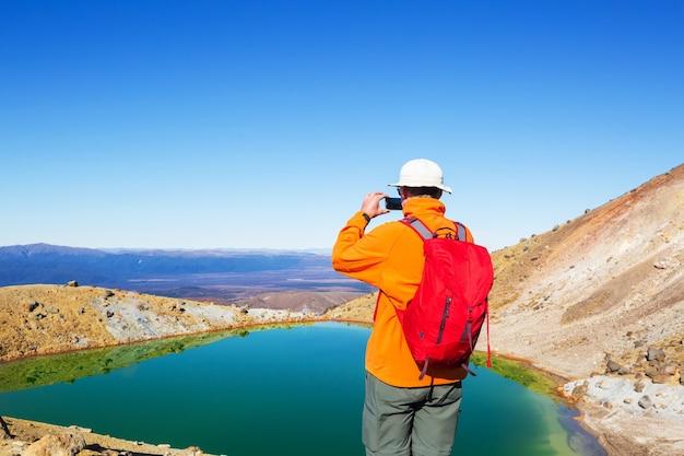 Необычные вулканические пейзажи на перекрестке тонгариро, национальный парк тонгариро, новая зеландия. концепция wanderlust