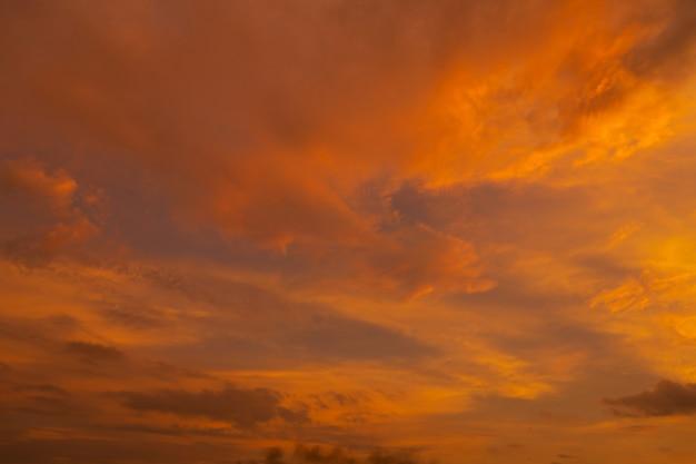 異常に美しい炎のような赤い熱帯の夕日。燃える雲。空の火