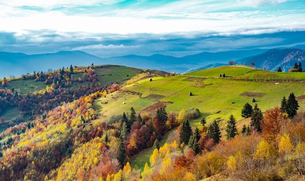 Необычайно красивая природа карпатских гор среди красивых холмов и фантастического неба разноцветных лесов и небольшого поселка.