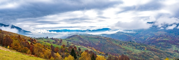 아름다운 언덕, 화려한 숲의 환상적인 하늘과 작은 마을의 카르 파티 아 산맥의 비정상적으로 아름다운 자연