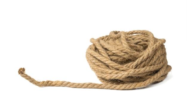 白い表面に隔離された強いロープの巻き戻しコイル