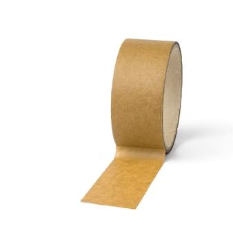 白い表面に分離された黄色いテープの巻き戻しコイル