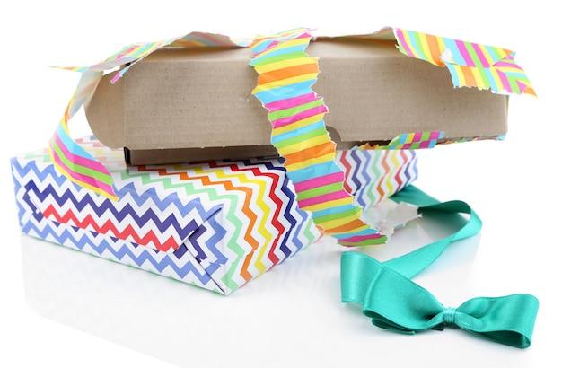 Развернутая и открытая подарочная коробка, изолированная на белом