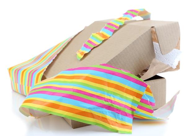 Неупакованная подарочная коробка, изолированные на белом фоне