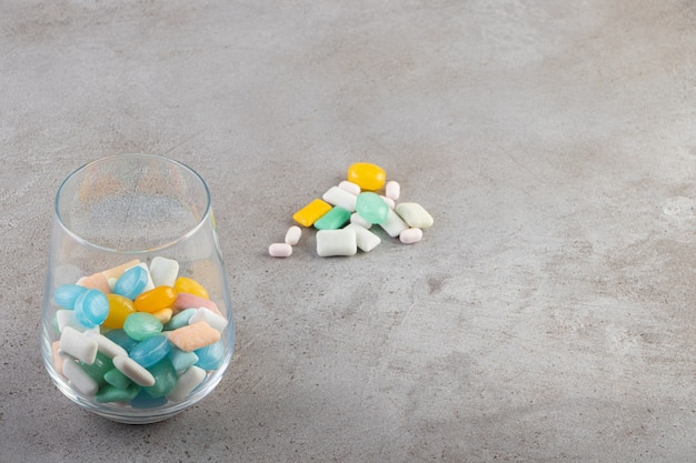 포장되지 않은 무설탕 츄잉껌 스틱을 유리 컵에 담습니다.
