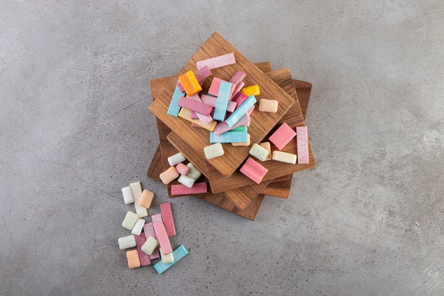 포장되지 않은 무설탕 츄잉껌 스틱을 돌 테이블 위에 놓았습니다.