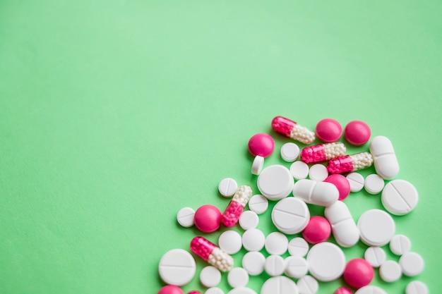 Красочные таблетки и лекарства в тесном up.assorted таблетки и капсулы в медицине. лекарства разных видов и разных цветов.