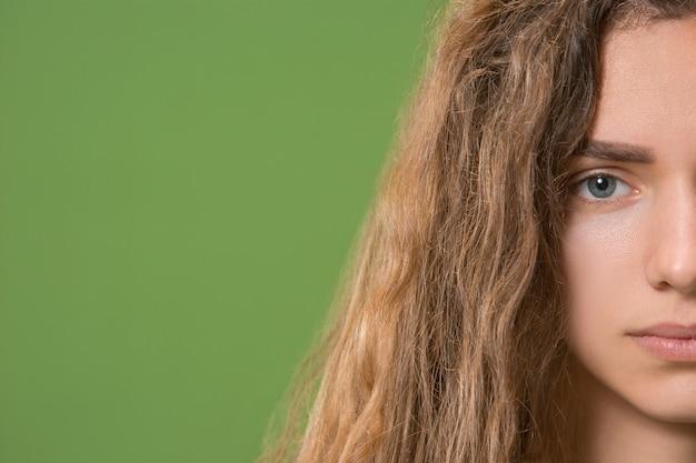 Вверх серые глаза молодой красивой кавказской девушки