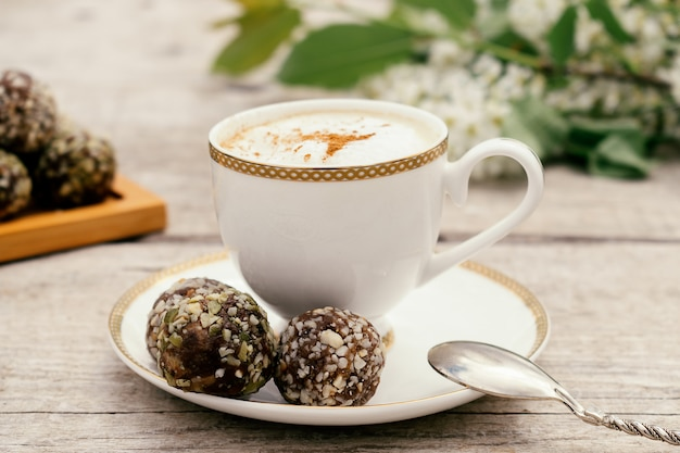 Чашка кофе и белковые домашние сладости. концепция здорового питания и здоровых десертов.
