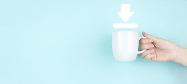 Концепция обновления. девушка рукой держать утреннюю кофейную чашку с иконой знака загрузки на синем фоне. загрузите подключение к интернету.