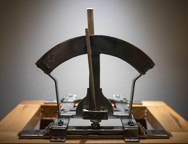 Верхняя деталь старой машины для проверки мощности пороха