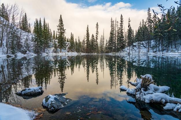 冬季のアッパーグラスイーレイクス。鏡のような湖面の反射。カナダ、アルバータ州キャンモア。