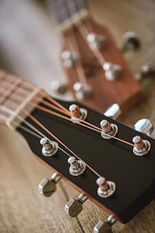 Верхняя часть гитары по вертикали крупным планом фото гитар с клавишами настройки