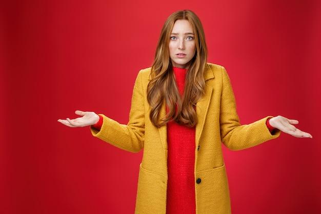 動揺して混乱している赤毛のガールフレンドは、手を広げて肩をすくめることが何が起こったのか理解できません...