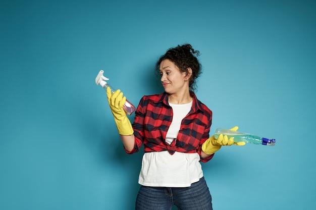 青に対して立っている間洗剤スプレーを見ている動揺し、不満を持った女性