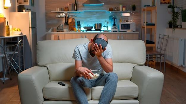 Расстроенный и несчастный человек из-за того, что его любимая спортивная команда проиграла чемпионат
