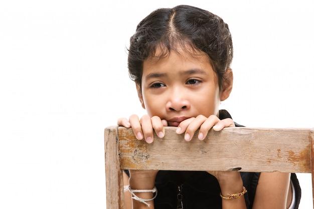 動揺してアジアの女の子は怒って、白い背景の上。