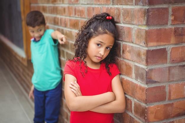 怒っている子供が別の子供に罵倒されている