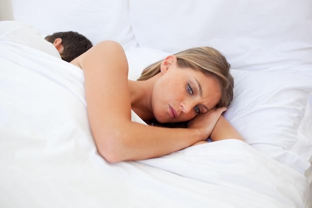 ベッドで別々に寝ている夫婦を怒らせる