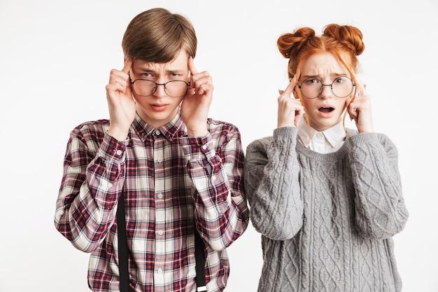 頭痛を持つ学校のオタクの動揺のカップル
