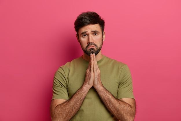 Расстроенный огорченный мужчина просит извинений, спасибо за помощь