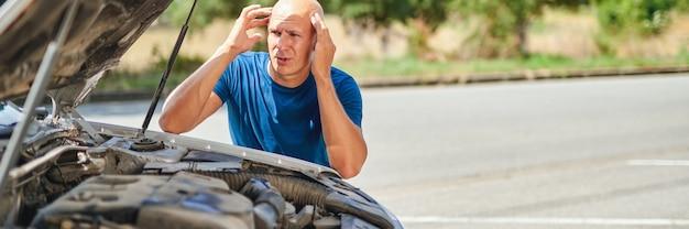 Расстроенный водитель перед автокатастрофой на дороге.
