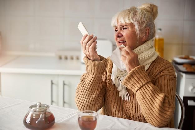 집에서 의사에게 화상 통화를 하는 화가 난 할머니