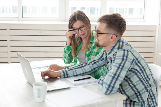 Расстроенные муж и жена считают общие расходы на платежи и покупки, сделанные за последний месяц.
